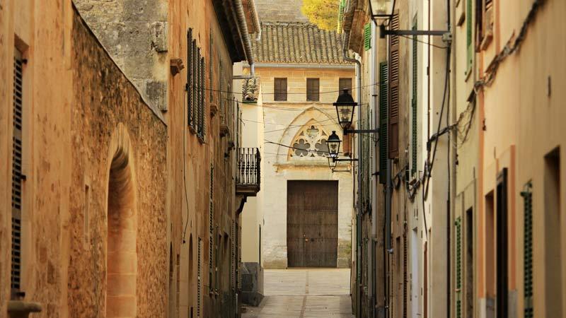 Schaut euch während der Mandelblüte auf Mallorca auch Alcúdia an