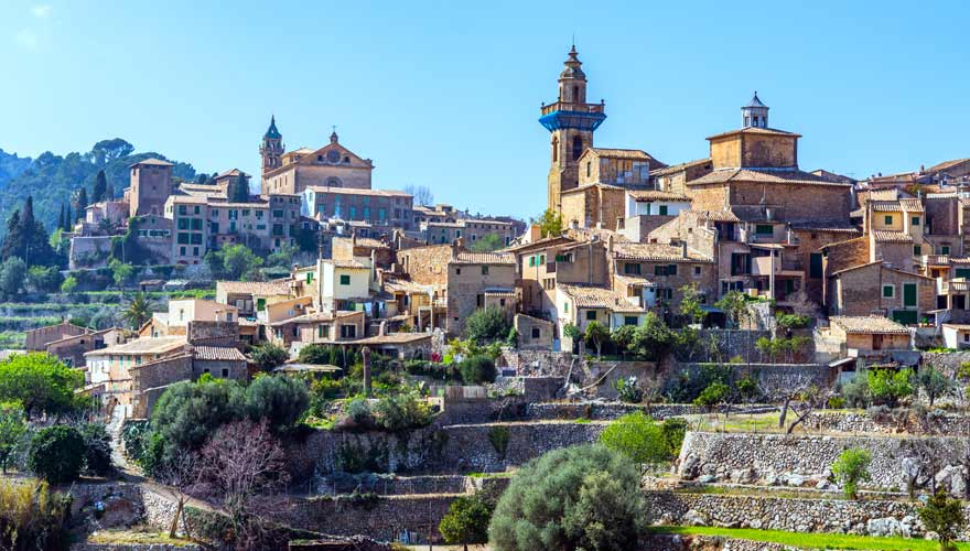 Valldemossa auf Mallorca zur Mandelblüte