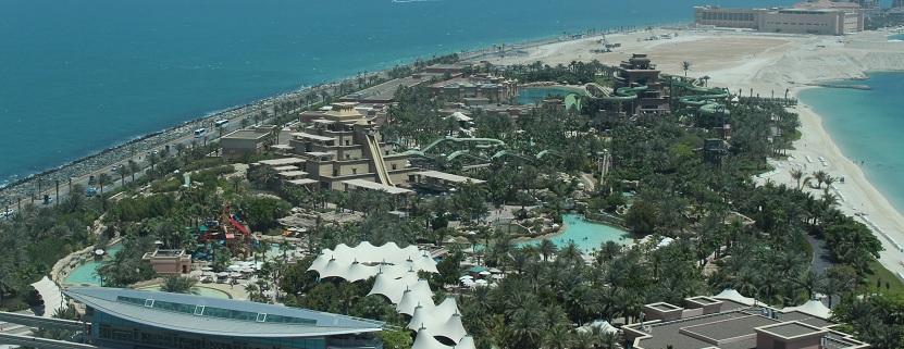 Blick aus dem Atlantis hinab auf den Wasserpark Aquaventure.