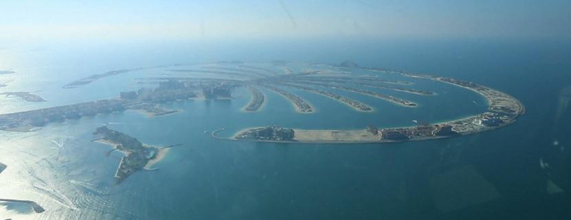 Die Palme aus der Luft. Schemenhaft zu erkennen: Das Atlantis am Ende des Stammes.