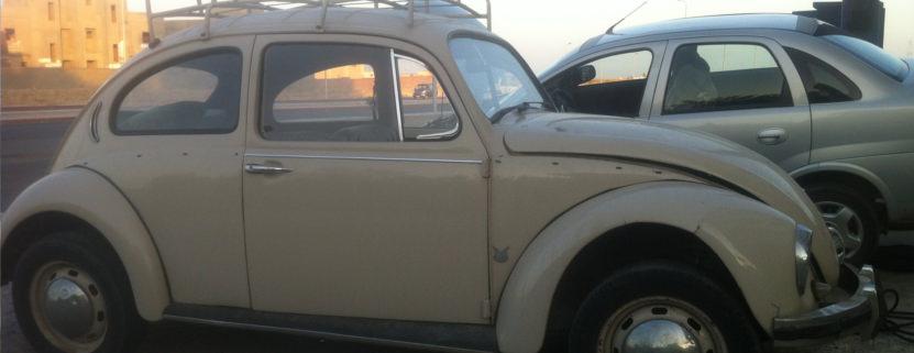 Astrid fährt in Ägypten einen alten Käfer