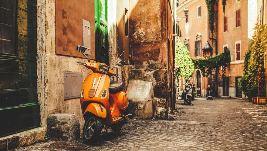 Gasse im beliebten Stadtteil Trastevere in Rom