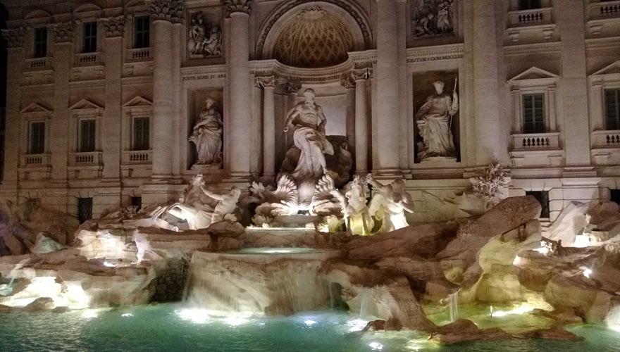 Der Trevibrunnen in Rom bei Nacht