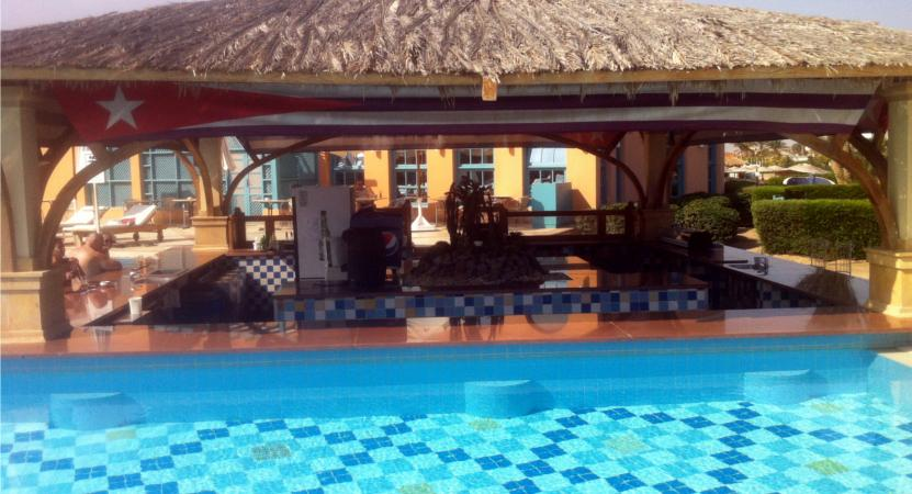 Pool und Poolbar im Bellevue Beach Hotel