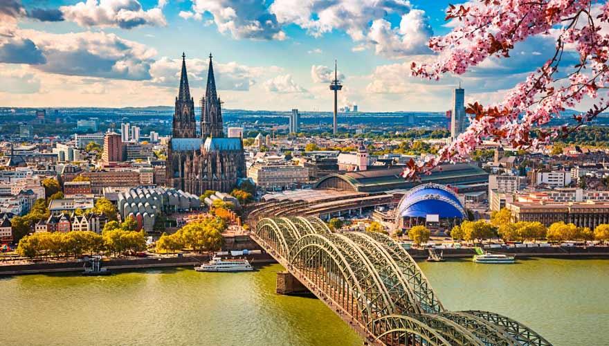 Panorama über Köln mit Kölner Dom und Rheinufer