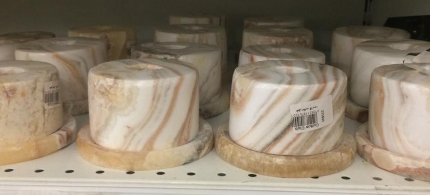 Kerzenhalter aus Alabaster werden gerne in Ägypten als Souvenir gekauft