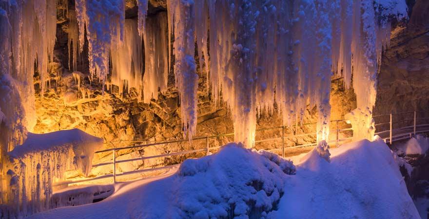 Breitachklamm im Winter von Fackeln erleuchtet