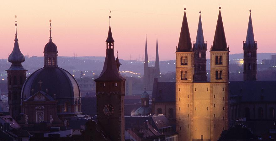 Würzburg im Panorama im Abendlicht