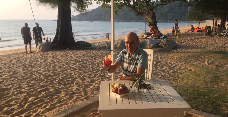 Goofy am Strand mit Cocktail vor dem Khao Lak Emerald Beach Resort