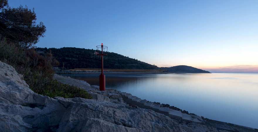 Leuchtfeuer auf der kroatischen Insel Žirje in der Abenddämmerung