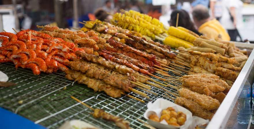 Grillspieße auf Bang Niang Market in Khao Lak