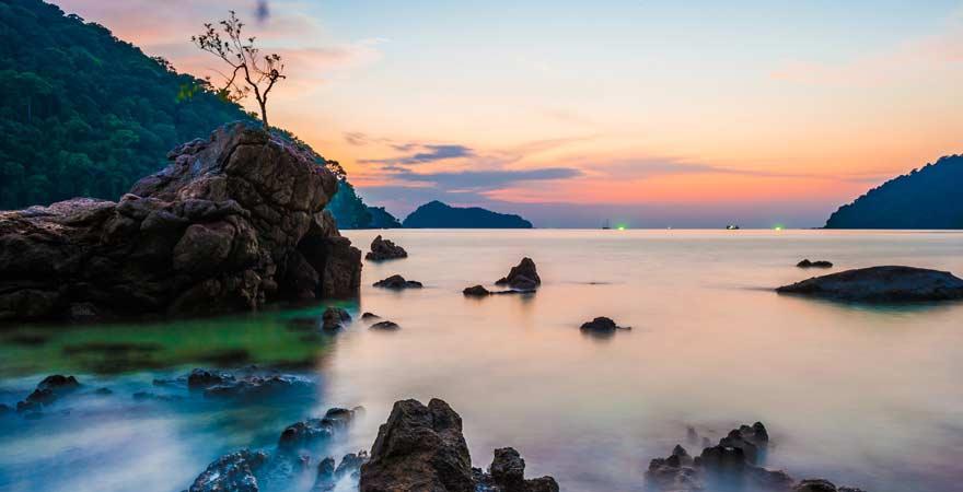 Ausblick auf Surin Islands bei Khao Lak in der Abenddämmerung