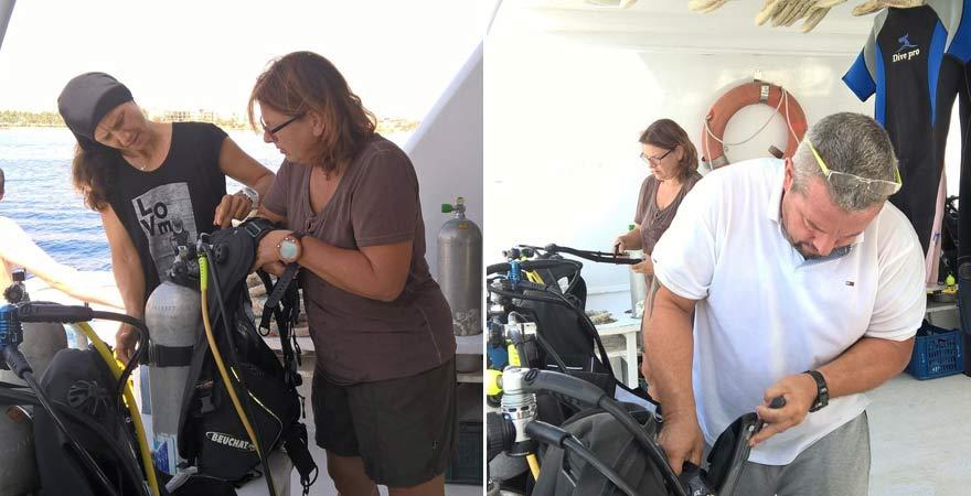 Astrid und Andreas checken ihre Ausrüstung vor dem Tauchgang im Roten Meer.