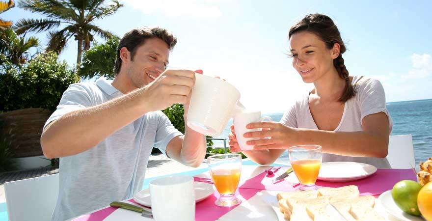 Paar am Frühstücksbuffet im Urlaub
