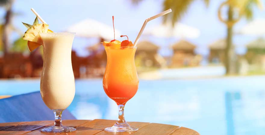 Zwei Cocktails am Pool