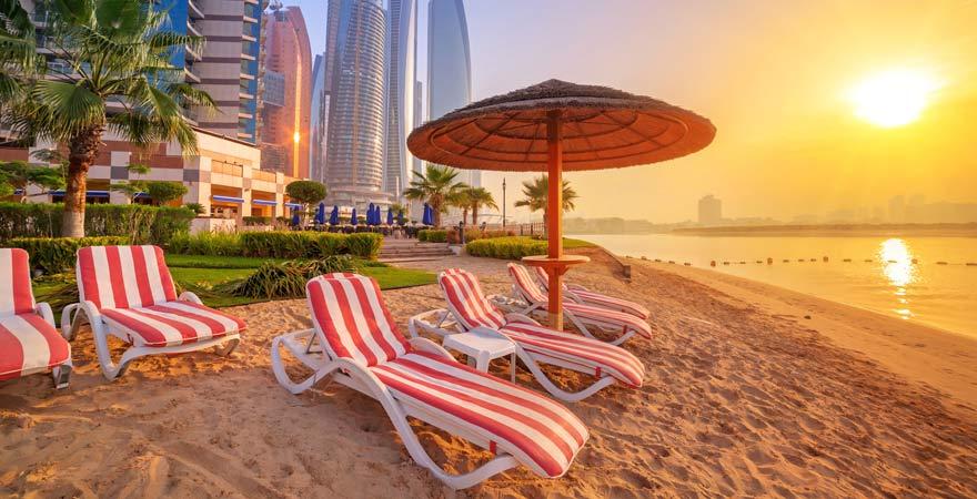 Strand an der Corniche von Abu Dhabi