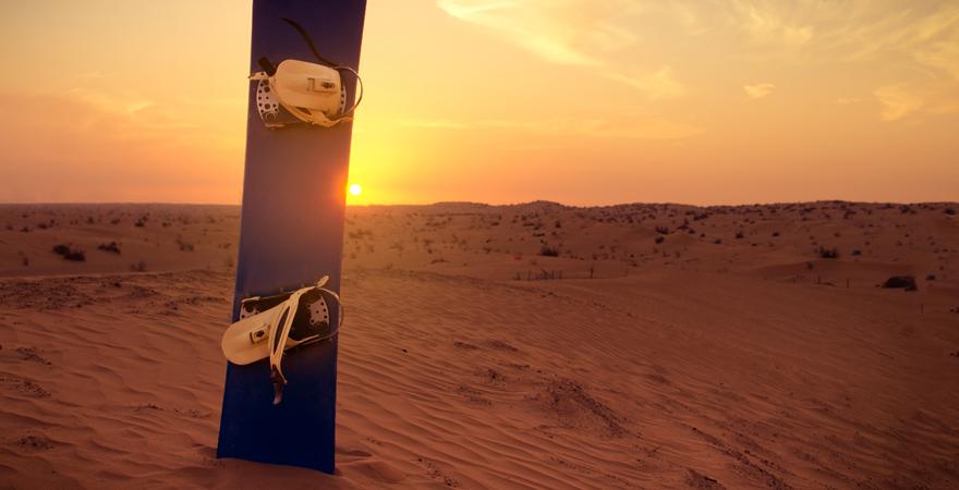 Sandboarding in der Wüste der Vereinigten Arabischen Emirate