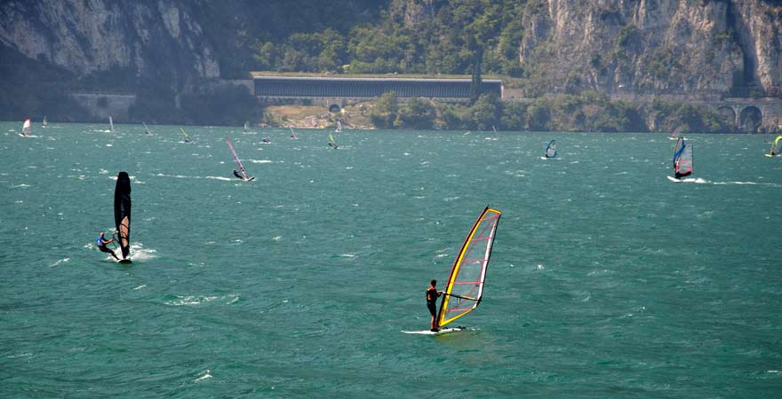 Windsurfer vor Torbole am Gardasee