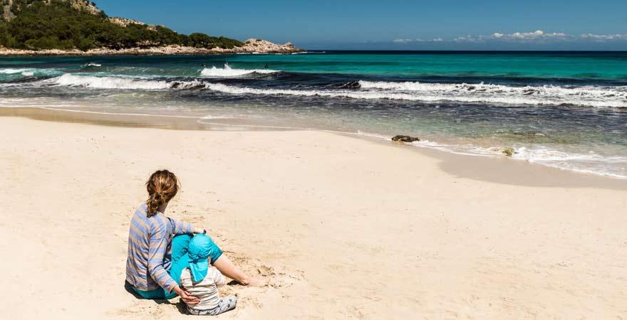 Mutter mit Kind am Strand von Cala Ratjada auf Mallorca