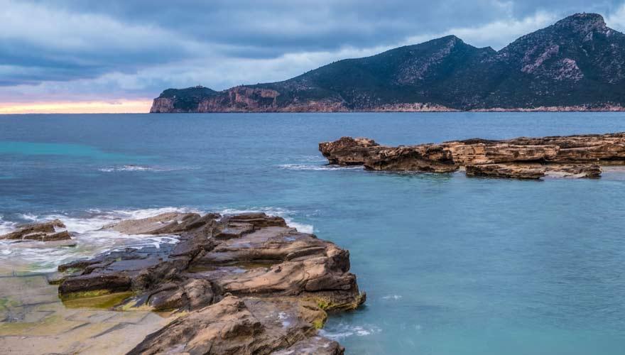 Das Profil der Insel Dragonera vor Sant Elm in Mallorca erinnert wirklich an einen Drachen