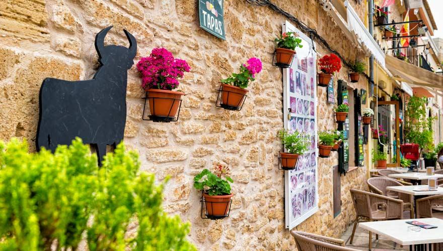 Fassade einer Tapas-Bar in Alcúdia auf Mallorca