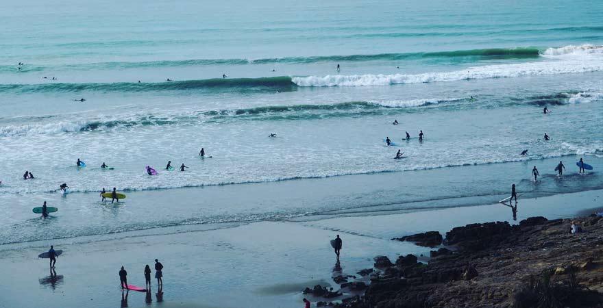 Surfer am Strand von Taghazout, Marokko