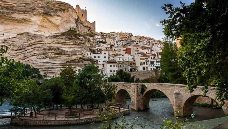 Brücke über den Fluss Jécar mit der Burg auf den Felsen in Alcalé del Jécar in Albacete, Spanien