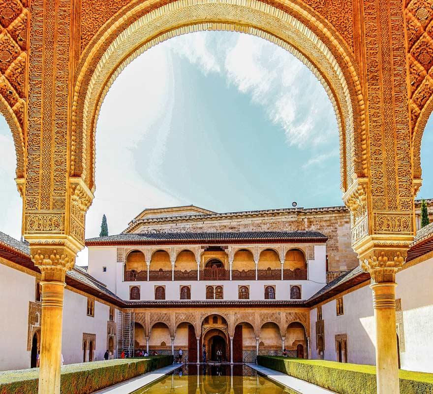 Innenhof von Alhambra bei Granada in Spanien