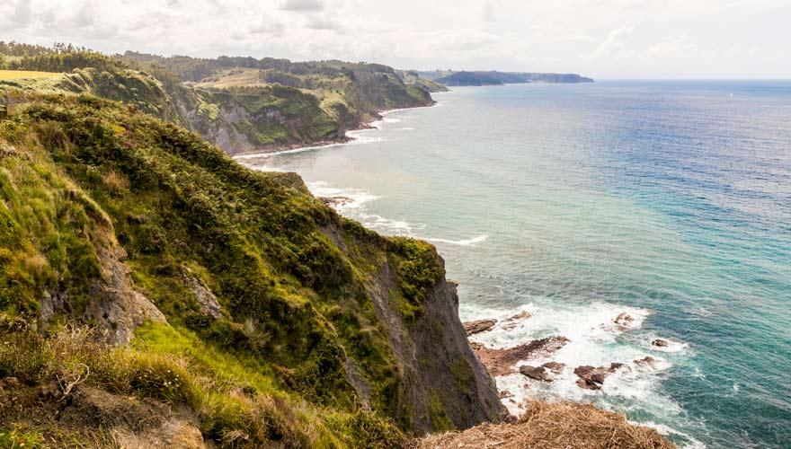 Die grüne Costa Verde in Asturien mit Steilklippen