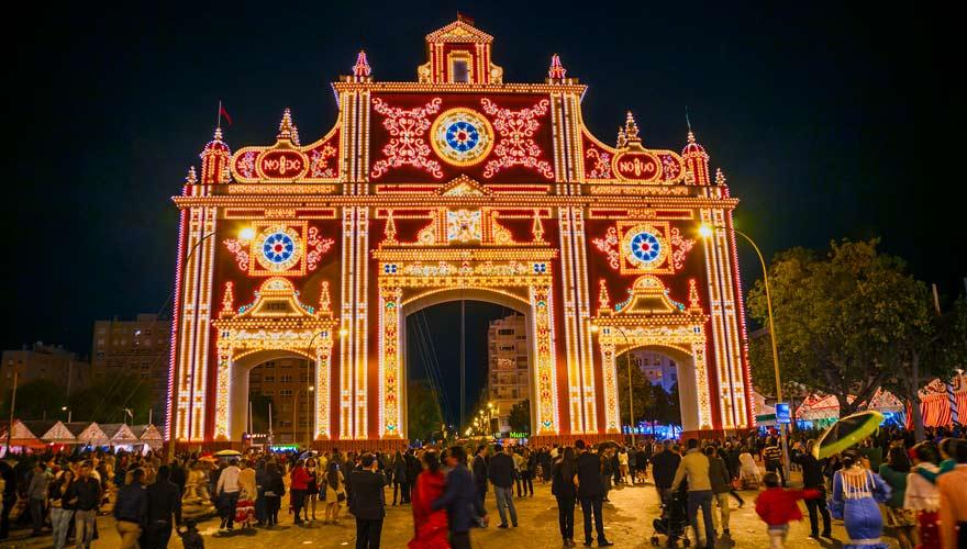 Trachten und Lichter zur Feria de Abril in Sevilla