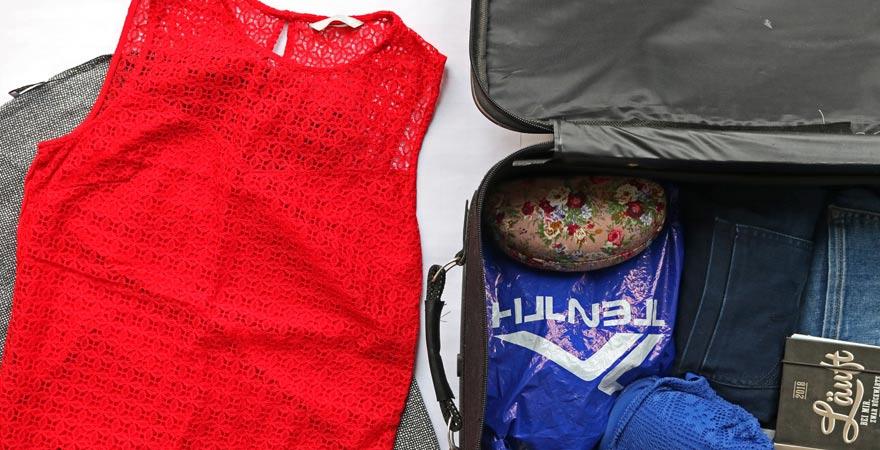 Kleidung platzsparend packen
