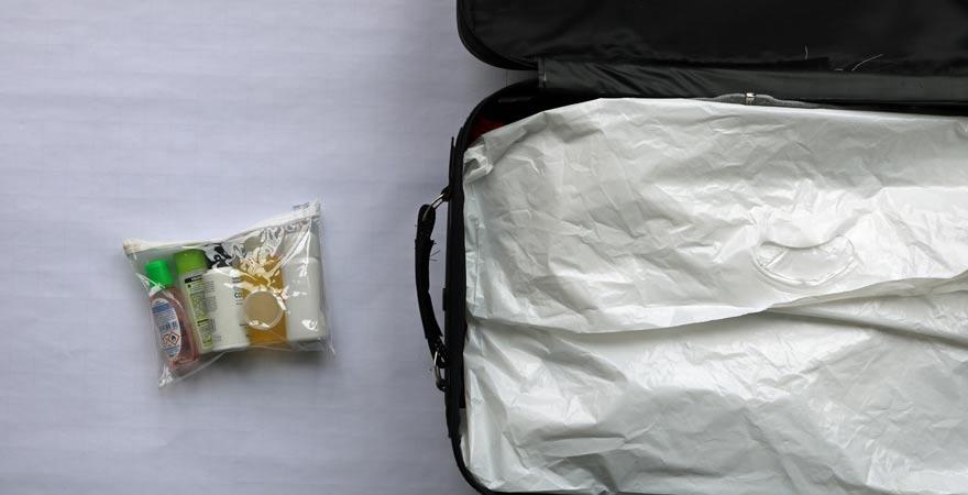 Koffer und Kosmetik platzsparend packen