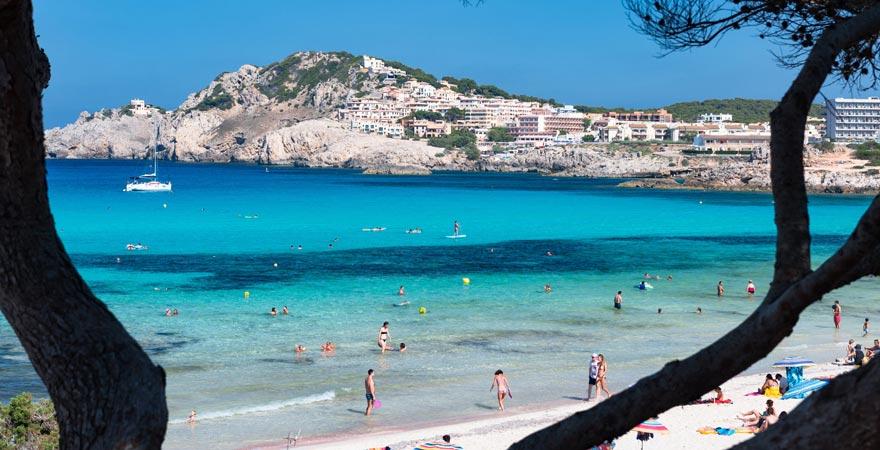 Der Strand von Cala Rajada ist ein Hotspot unter Party-Urlaubern