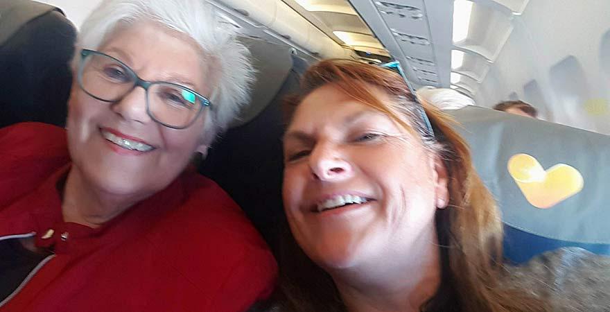 Senioren im Flugzeug auf dem Weg nach Ägypten