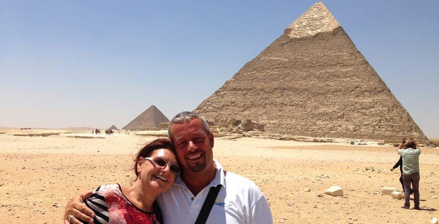 Astrid und Andreas bei ihrem Tagesausflug nach Kairo vor den Pyramiden von Gizeh