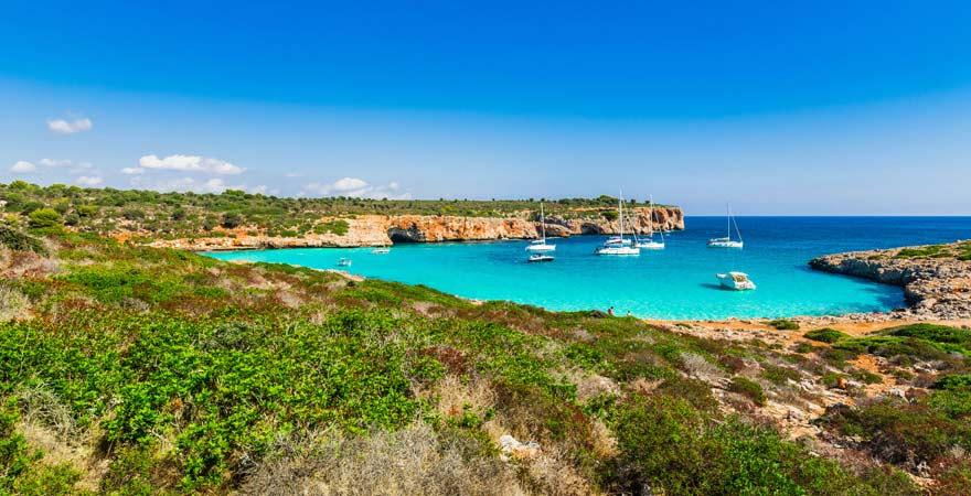 So schön, dass an diesem Strand auf Mallorca auch viele Segelboote halten: die Bucht von Cala Varques.