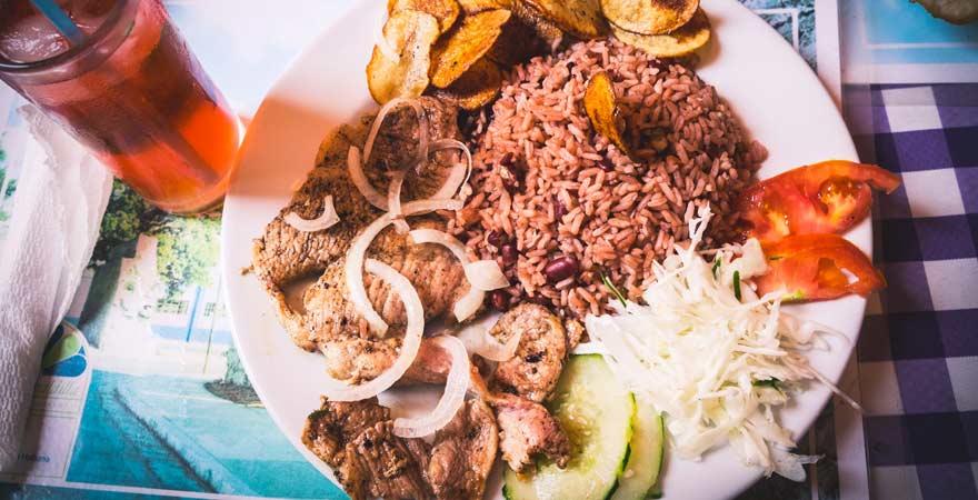 Essen in einem Restaurant auf Kuba - ein Muss bei allen Reisetipps