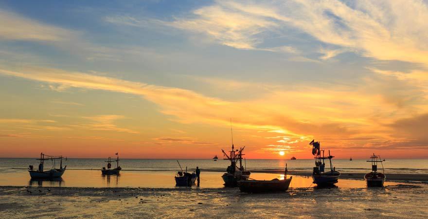 Strand von Hua Hin bei Sonnenuntergang.