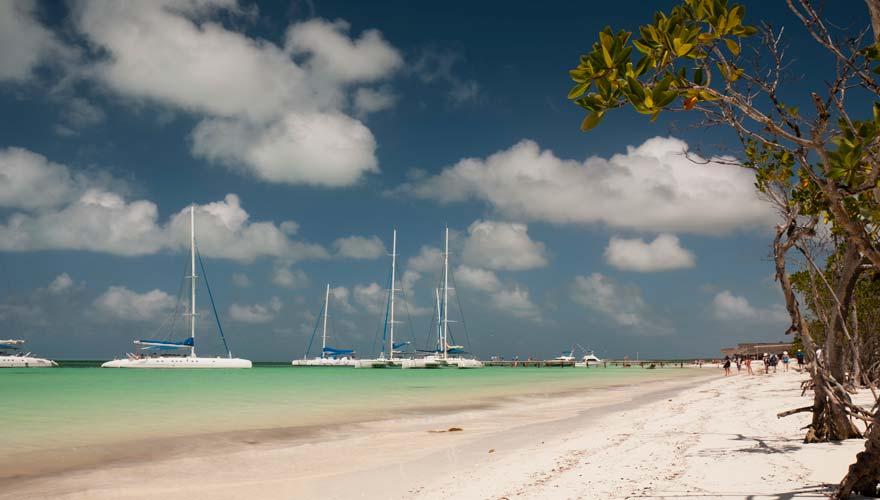Katamarane am Strand von Cayo Blanco auf Kuba