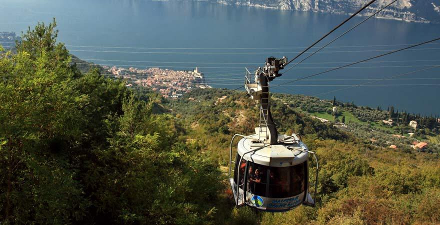 Ein Reisetipp für den Gardasee ist eine Fahrt mit der Seilbahn rauf auf den Monte Baldo.