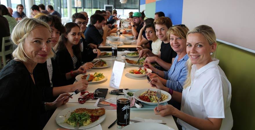 Bodrum-Schüler beim Essen