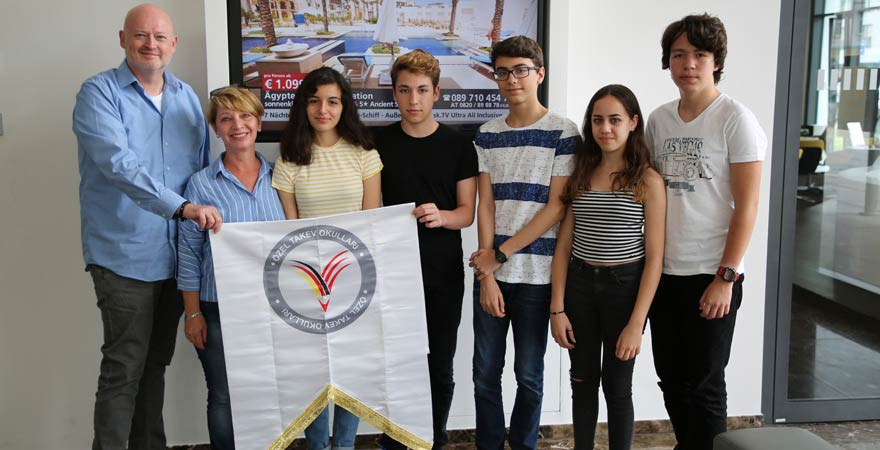 Andreas Lambeck mit Schülern der Deutschen Schule Bodrum
