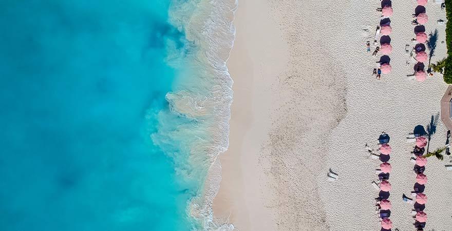 Grace Bay ist unser Reisetipp für alle, die den Traum von der Karibik auf die Spitze treiben wollen