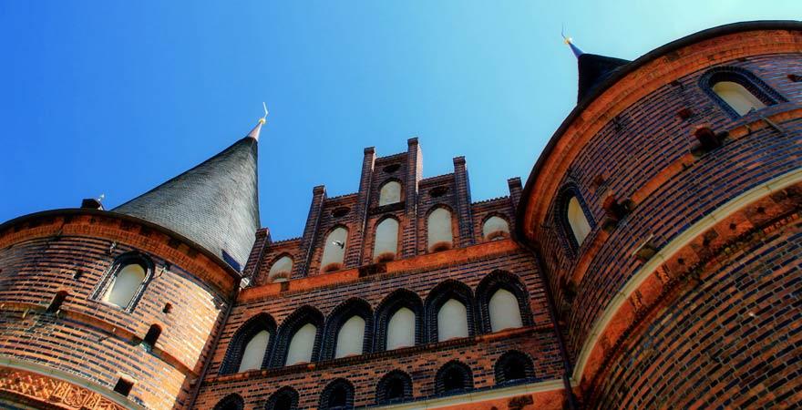 Das Holstentor in Lübeck zählt zu den Reisetipps für die Ostsee