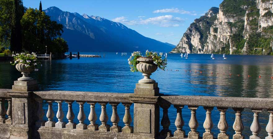 Ausblick von Riva del Garda auf den Gardasee