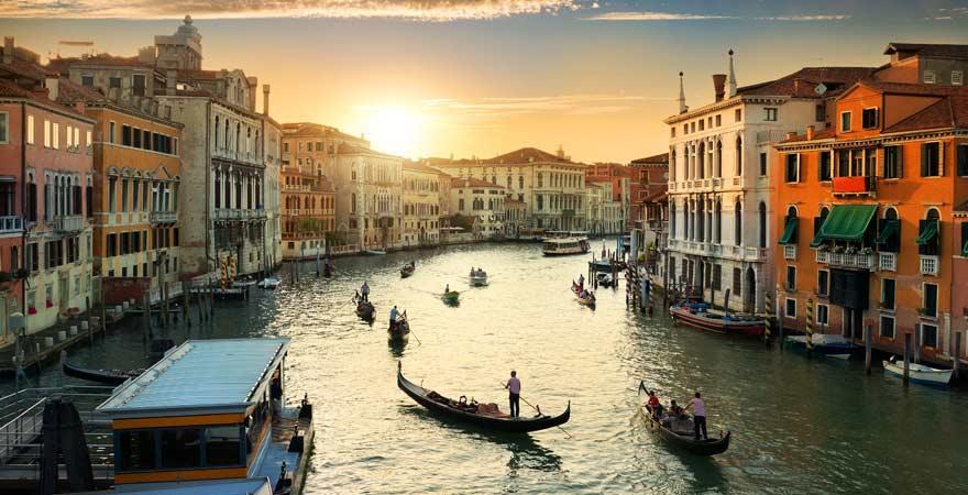 Eine Gondelfahrt in Venedig gehört zu den Top-Reisetipps für Italien