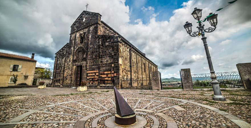 Die Kirche Santa Maria del Regno ist ein toller Reisetipp für Architekturfans auf Sardinien