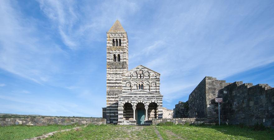 Die Fassade der Kirche Santissima Trinità di Saccargi auf Sardinien ist ein super Reisetipp
