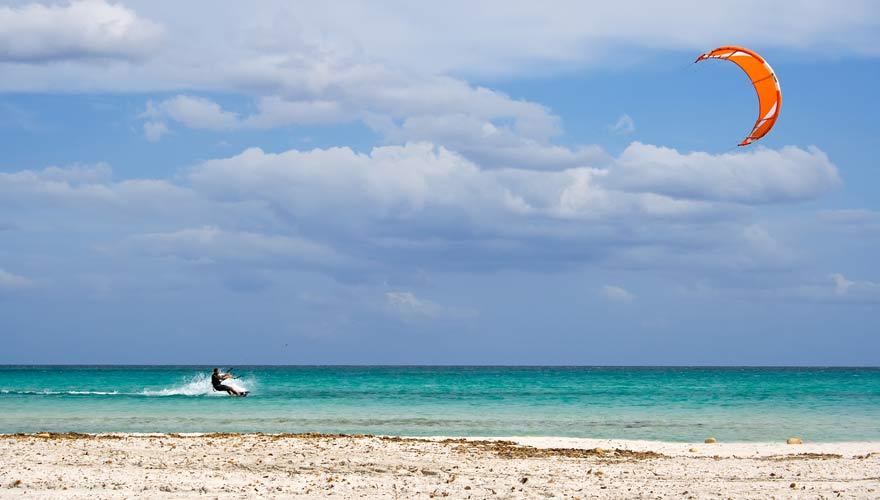 Kiter am Strand von Sardinien