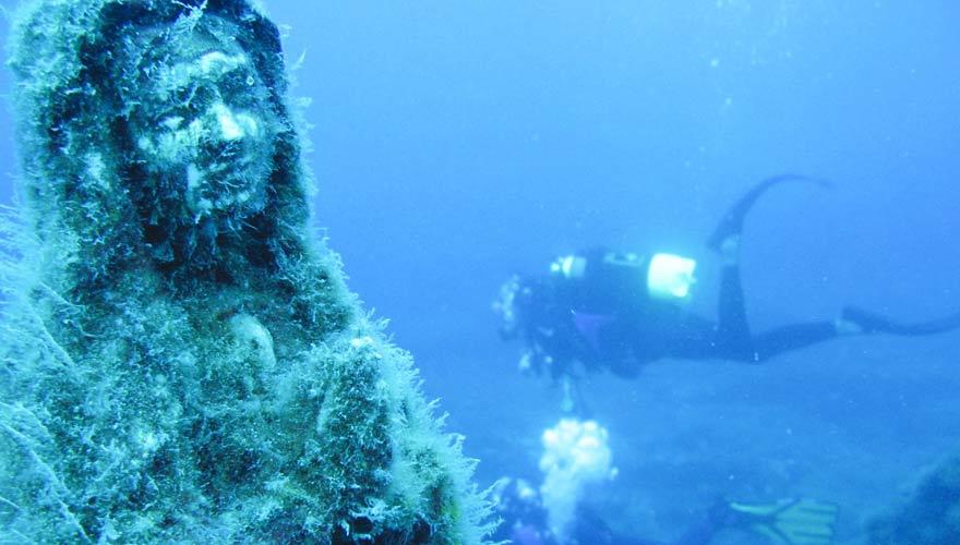 Ein Tauchgang vor La Maddalena bietet so einige Überraschungen unter Wasser - wie beispielsweise diese Marienstatue